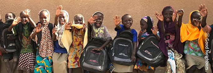 아프리카 아이들이 웃으면서 손 흔드는 이미지