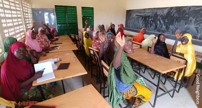 학교에서 교육을 받고 있는 아이들