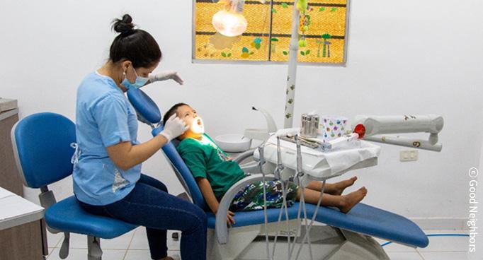 치과 치료하는 아동 이미지