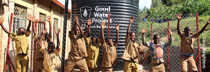 식수 장비를 보며 기뻐하는 아프리카 아이들 이미지